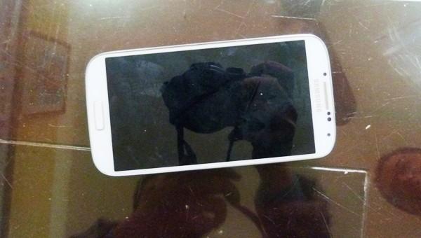Hai đối tượng Bùi Văn Việt, Bùi Văn Đức ... ...và chiếc điện thoại các đối tượng đã cướp của nạn nhân (ảnh dưới)