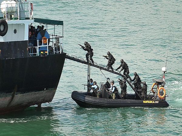 Lực lượng thực thi pháp luật hàng hải Indonesia diễn tập