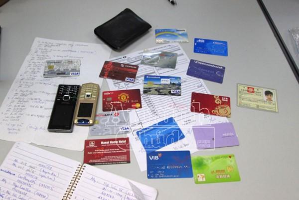 Một số tang vật: CMTND giả và nhiều thẻ tài khoản ngân hàng cơ quan công an thu giữ được tại nơi ở của các đối tượng