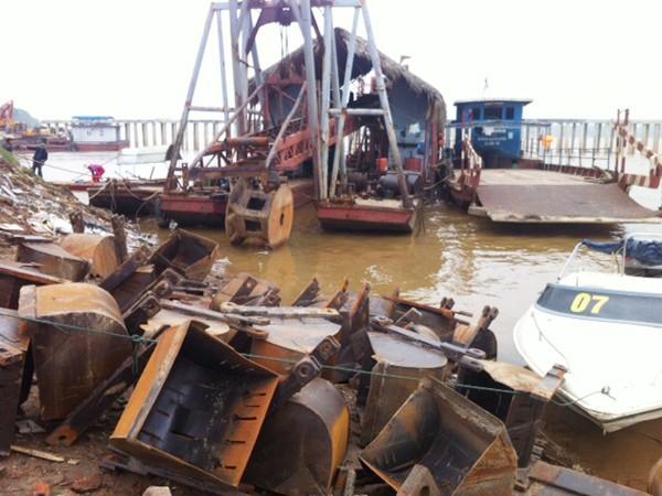 Lực lượng cảnh sát đã bắt giữ 50 tàu thuyền các loại đang khai thác cát trái phép trên sông Hồng