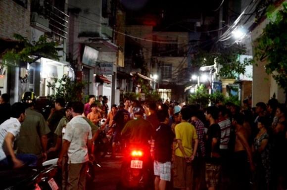 Người dân địa phương tụ tập quanh nhà chị Phụng lúc vụ án mạng xảy ra