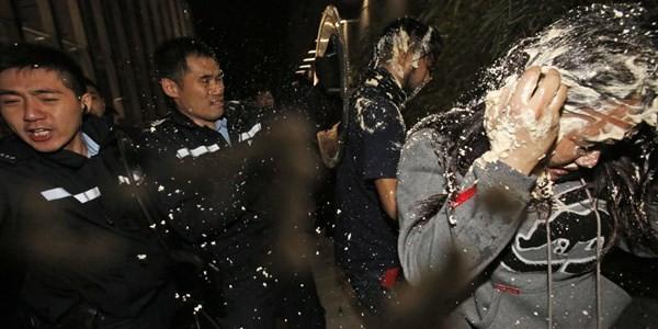 Toàn cảnh vụ đụng độ ở tòa nhà chính quyền Hồng Kông ảnh 10