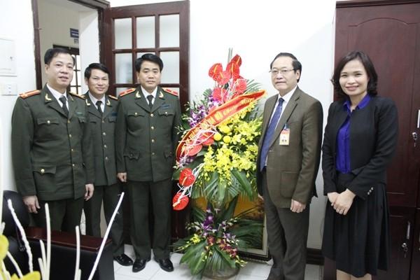 Giám đốc CATP trao tặng lẵng hoa tươi thắm đến đại diện Ban Lãnh đạo Học viện Chính trị Quốc gia Hồ Chí Minh