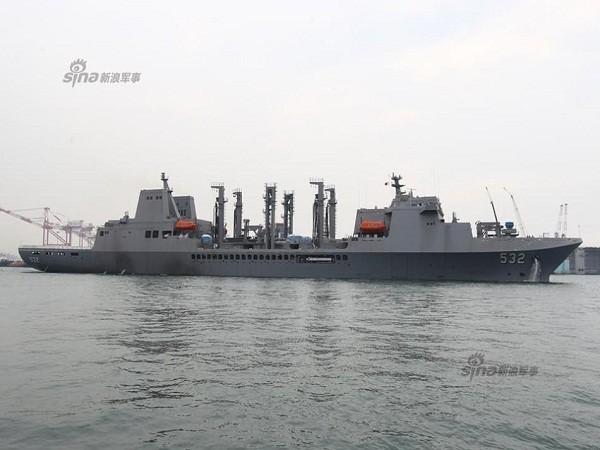 """Tàu tiếp tế quân sự """"Bàn Thạch"""" 532 của Đài Loan"""