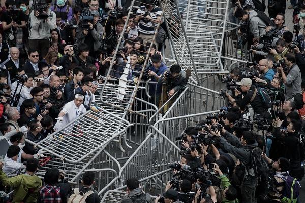 Toàn cảnh vụ đụng độ ở tòa nhà chính quyền Hồng Kông ảnh 8