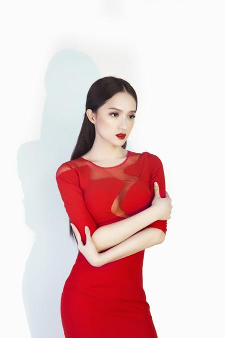 """Hương Giang Idol """"đốt mắt"""" người xem trong bộ đầm đỏ ảnh 4"""