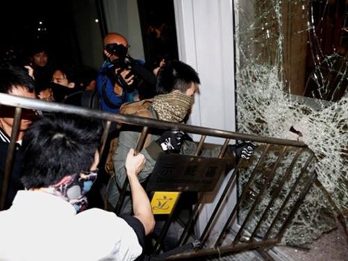 Toàn cảnh vụ đụng độ ở tòa nhà chính quyền Hồng Kông ảnh 5