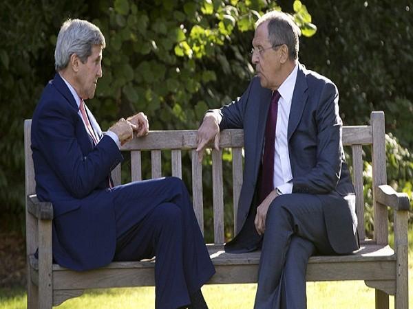 Ngoại trưởng Mỹ (bên trái) và Nga trò chuyện