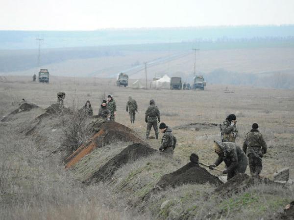 Binh lính Ukraine đào hào tại một địa điểm gần biên giới với Nga