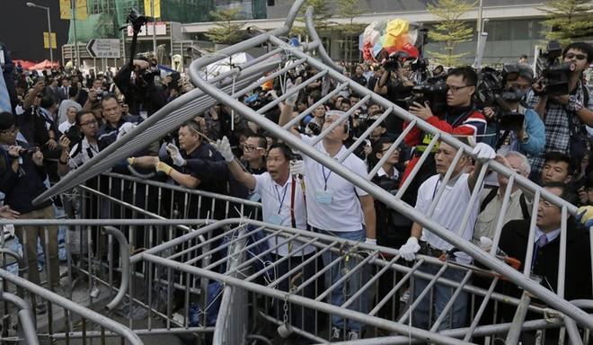 Toàn cảnh vụ đụng độ ở tòa nhà chính quyền Hồng Kông ảnh 7