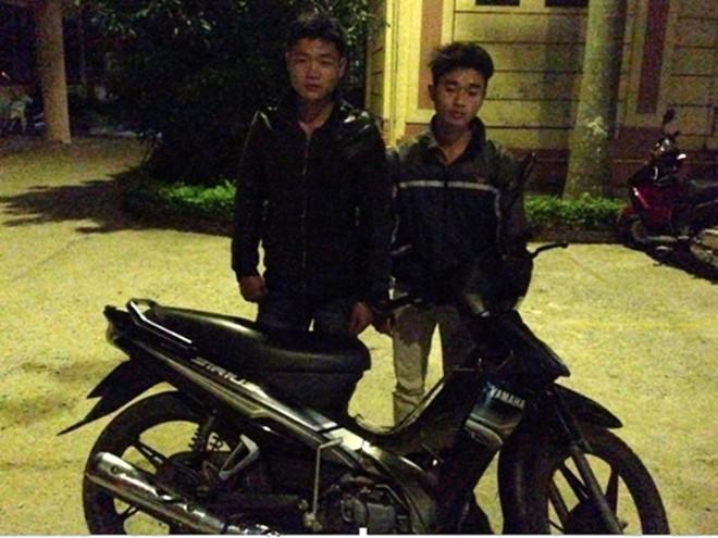Hai tên trộm và chiếc xe máy tang vật