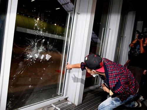 Toàn cảnh vụ đụng độ ở tòa nhà chính quyền Hồng Kông ảnh 4