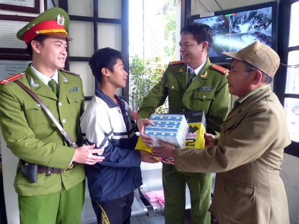 Dữ liệu dùng chung của Công an Hà Nội giúp bé trai lạc đường tìm lại người thân ảnh 2