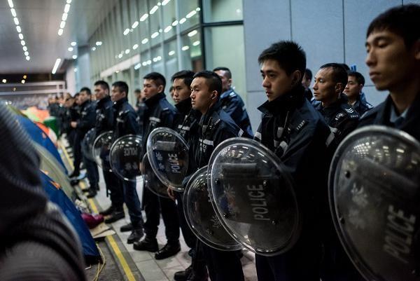 Cảnh sát Hồng Kông canh giữ trước cửa tòa nhà chính quyền