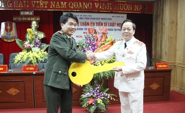 Trung tướng, GS.TS Nguyễn Xuân Yêm nhận chìa khóa tượng trưng Phòng bảo vệ luận văn, luận án