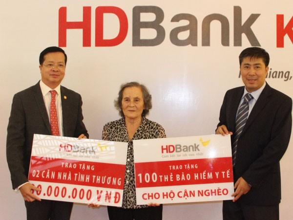 HDBank dành 1,2 tỷ đồng tặng nhà tình thương và thẻ BHYT ảnh 1