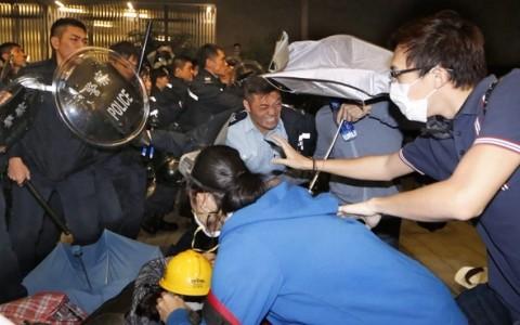 Toàn cảnh vụ đụng độ ở tòa nhà chính quyền Hồng Kông ảnh 11