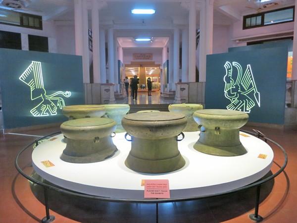 Bộ sưu tập trống đồng được trưng bày tại Bảo tàng lịch sử Quốc gia