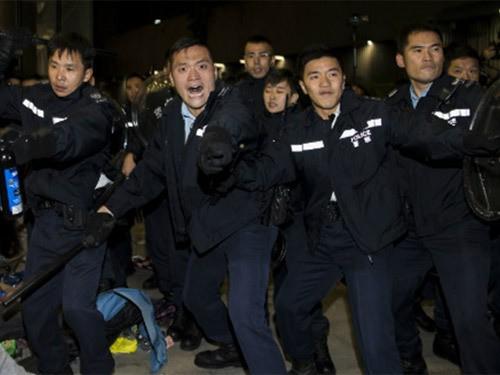 Toàn cảnh vụ đụng độ ở tòa nhà chính quyền Hồng Kông ảnh 6