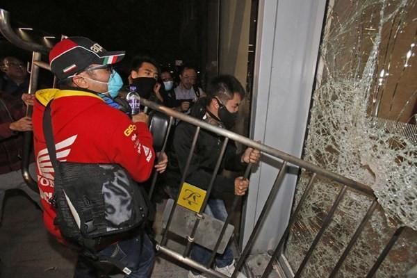 Toàn cảnh vụ đụng độ ở tòa nhà chính quyền Hồng Kông ảnh 12