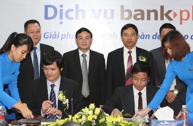 Thiếu tướng Lê Công, Tổng Giám đốc Ngân hàng TMCP Quân đội - MB (đứng giữa) cùng lãnh đạo MB và Viettel tại lễ ra mắt dịch vụ BankPlus CA dành cho khách hàng doanh nghiệp