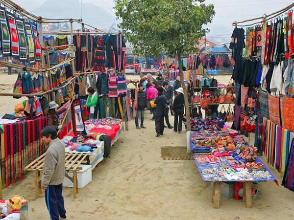 Rực rỡ sắc màu thổ cẩm chợ vùng cao