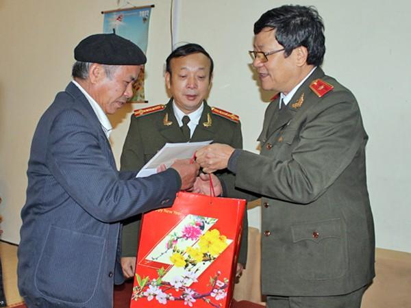 Các cựu học viên D6 đã có hơn 35 năm công tác, chiến đấu ở nhiều lĩnh vực khác nhau (Trong ảnh: Thiếu tướng Bạch Thành Định - Phó Giám đốc CATP Hà Nội, cựu học viên D6, thăm tặng quà đồng chí, đồng đội có hoàn cảnh khó khăn)