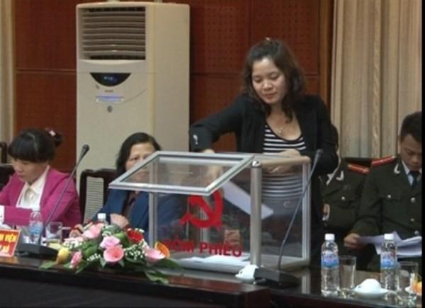 Đại diện một đơn vị của Cụm thi đua số 4, Ngành Tổ chức xây dựng Đảng TP Hà Nội bỏ phiếu đề nghị bình xét khen thưởng các đơn vị, cá nhân xuất sắc trong phong trào xây dựng Đảng