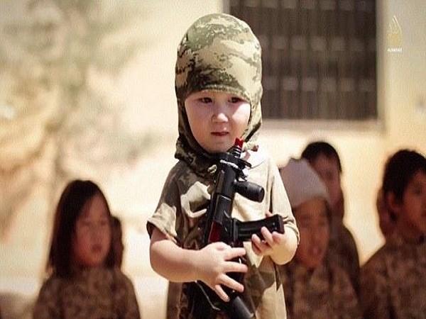 Hình ảnh chiến binh nhí đang được huấn luyện bắn súng