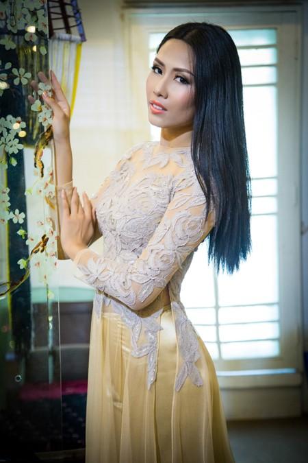 """""""Điểm danh"""" những bộ áo dài Nguyễn Thị Loan mặc dự thi Miss World ảnh 6"""
