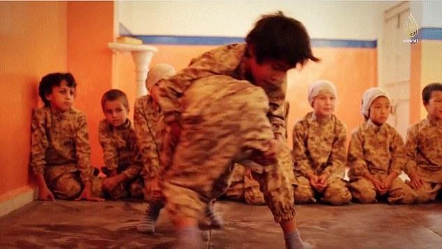 Các chiến binh nhí trong một buổi huấn luyện của IS