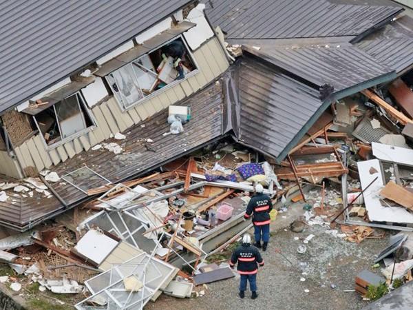Nhiều ngôi nhà bị đổ sập trong trận động đất 6,7 độ richter ở Nhật Bản