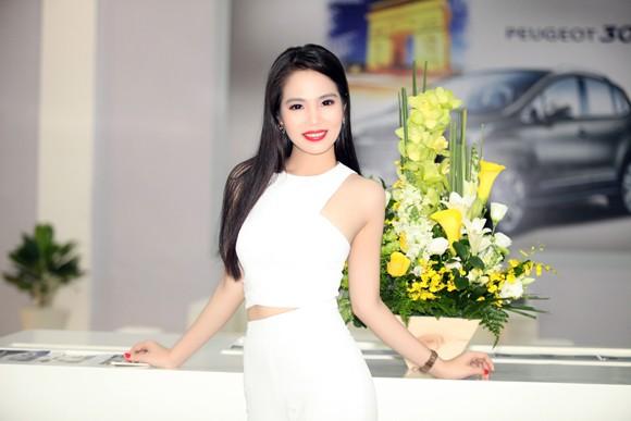 """Nữ hoàng Du lịch Dương Kim Ánh """"ton sur ton cây trắng"""" rạng ngời ảnh 7"""