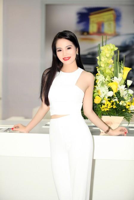 """Nữ hoàng Du lịch Dương Kim Ánh """"ton sur ton cây trắng"""" rạng ngời ảnh 5"""