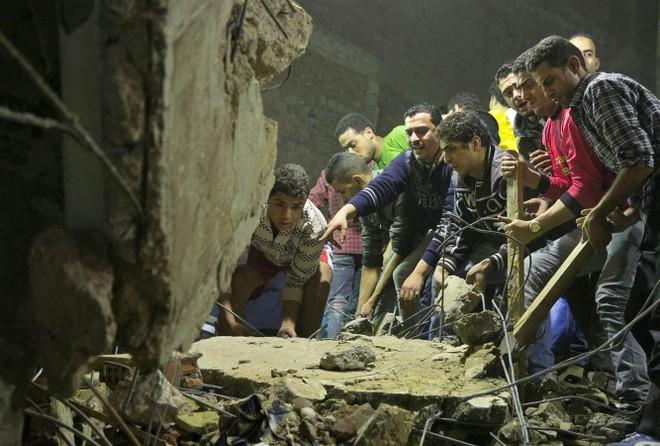 Người dân đang cố gắng tìm kiếm nạn nhân mắc kẹt dưới đống đổ nát
