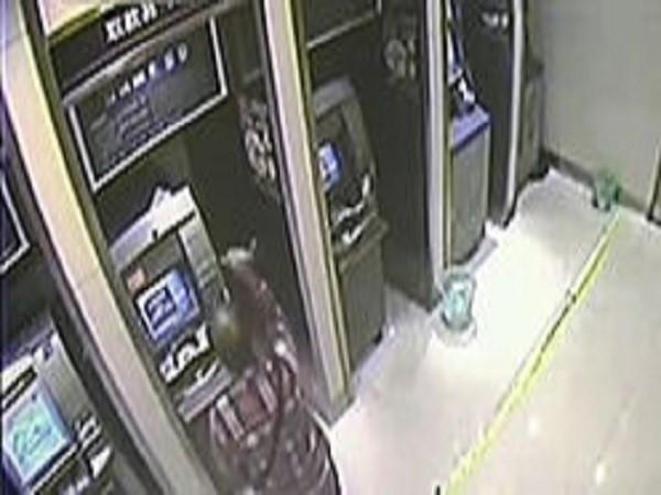 Dùng búa đập nát 9 cây ATM vì không rút được tiền ảnh 1
