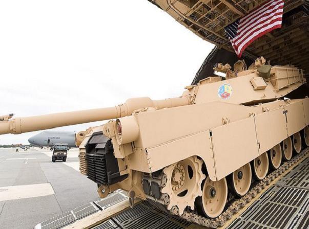 Tăng, thiết giáp của quân đội Mỹ được máy bay vận tải chuyển đến châu Âu