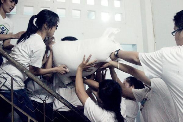 Nghệ sĩ Việt hào hứng gom từng túi gạo nhỏ làm từ thiện ảnh 11