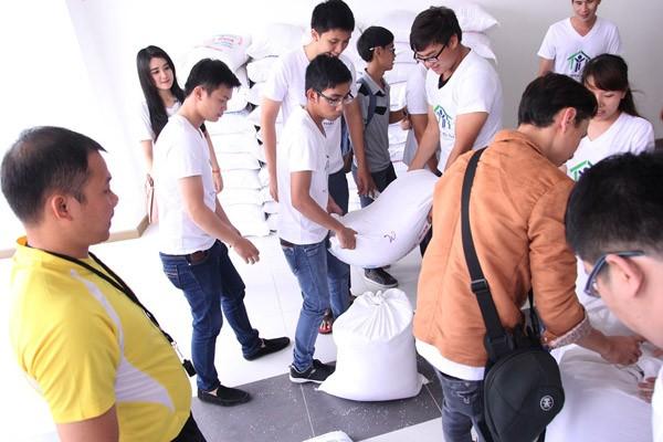 Nghệ sĩ Việt hào hứng gom từng túi gạo nhỏ làm từ thiện ảnh 7