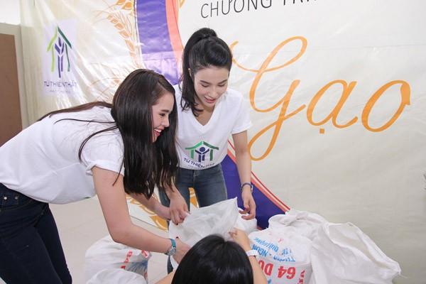 Nghệ sĩ Việt hào hứng gom từng túi gạo nhỏ làm từ thiện ảnh 9