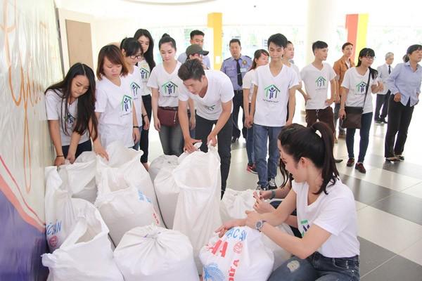 Nghệ sĩ Việt hào hứng gom từng túi gạo nhỏ làm từ thiện ảnh 6