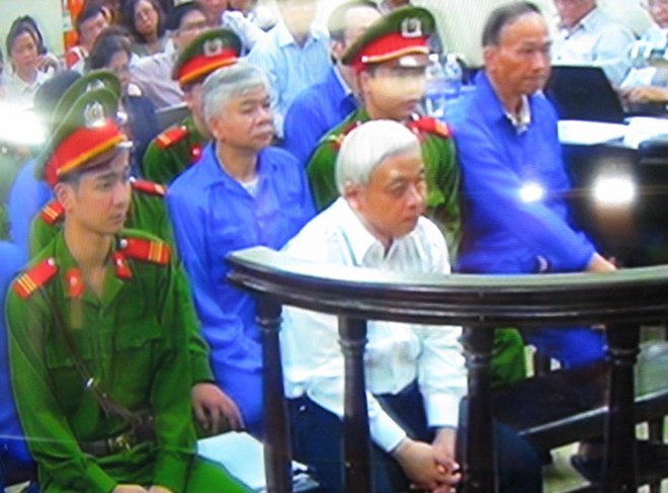 Khi HĐXX tóm tắt lại nội dung vụ án, Nguyễn Đức Kiên chăm chú lắng nghe