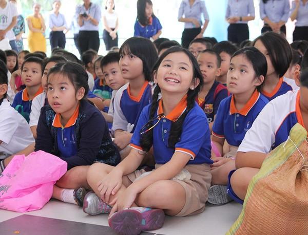 Nghệ sĩ Việt hào hứng gom từng túi gạo nhỏ làm từ thiện ảnh 2