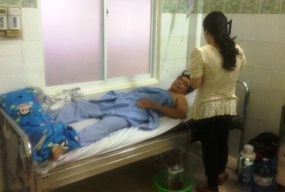 Ông L. đang nằm điều trị vết thương tại bệnh viện