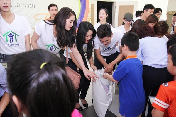 Nghệ sĩ Việt hào hứng gom từng túi gạo nhỏ làm từ thiện ảnh 4