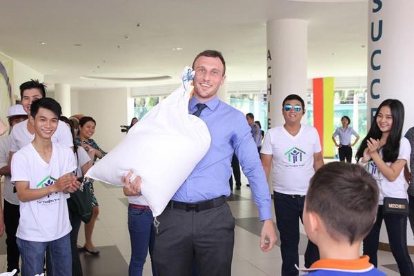 Nghệ sĩ Việt hào hứng gom từng túi gạo nhỏ làm từ thiện ảnh 8