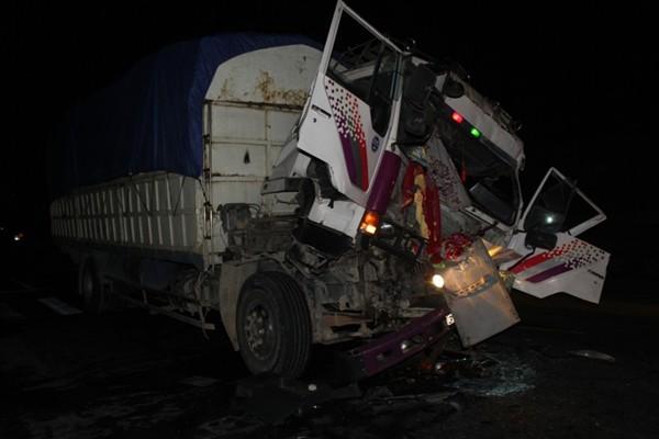 Hiện trường nơi xảy ra tai nạn khiến chiếc xe tải bẹp dúm đầu