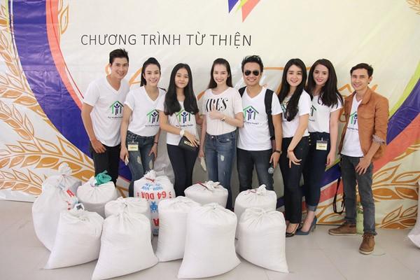 Nghệ sĩ Việt hào hứng gom từng túi gạo nhỏ làm từ thiện ảnh 10