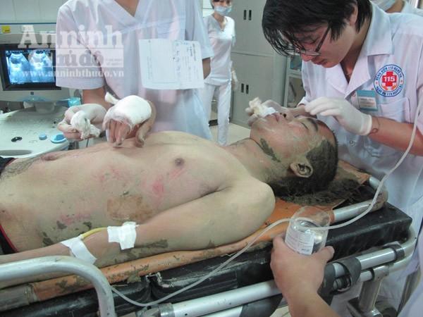 Xe khách mất lái lao xuống ruộng, hơn 10 người bị thương nặng ảnh 6