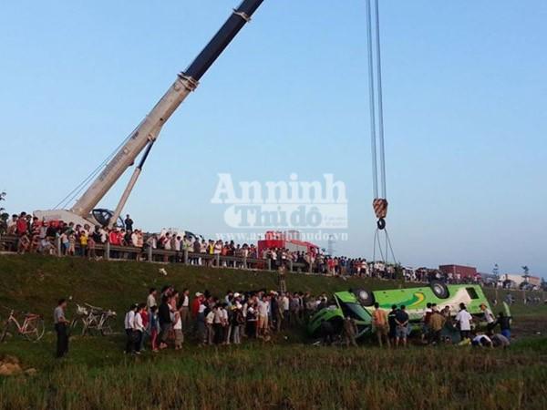 Xe khách mất lái lao xuống ruộng, hơn 10 người bị thương nặng ảnh 5
